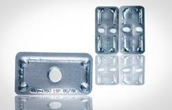 Аварийные противозачаточные таблетки в пакете волдыря на запачканной предпосылке утра после таблеток Причина лекарства внематочно стоковое фото rf
