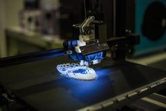 Автоматическая трехмерная машина принтера 3D печатая пластиковую модель стоковые фото