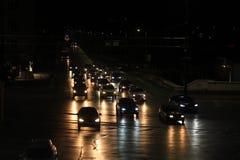 Автомобили ночи в движении в городской съемке Софии мостом любовников в вечере стоковое фото