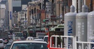 Автомобили приходят и идут на городскую улицу в Киото Японии видеоматериал