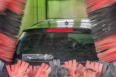 Автомобиль в мойке с в оболочке задним счищателем стоковые изображения