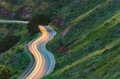Автомобиль долгой выдержки отстает на ветреной дороге горы стоковое фото rf