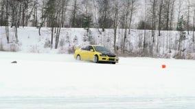 Автомобиль управляет ледистым следом на озере покрытом снегом на зиме Гонки спортивной машины на трассе снега в зиме Управлять го сток-видео