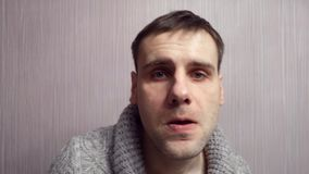 Агрессивный нервный человек клянется крупному плану сердитый портрет человека сток-видео
