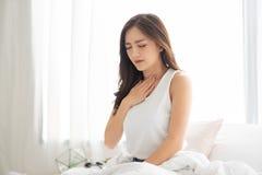 Азиатская женщина с кисловочным рефлюксом стоковые фотографии rf