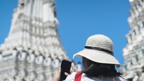 Азиатская дама фотографирует Wat Arun от смартфона движение медленное Съемка наклона акции видеоматериалы