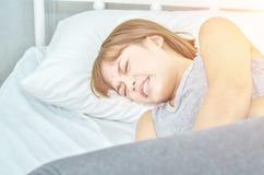 Азиатские женщины нося серый цвет на кровати тягостны стоковое изображение rf
