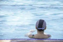 Азиатские женщины плавают в бассейне стоковая фотография