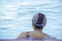 Азиатские женщины плавают в бассейне стоковое фото rf