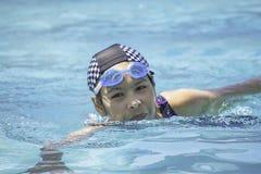 Азиатские женщины плавают в бассейне стоковые фотографии rf