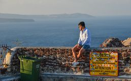 Азиатский молодой человек наслаждаясь на солнечном дне стоковое изображение