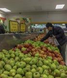 Азиатский покупатель супермаркета стоковые фотографии rf