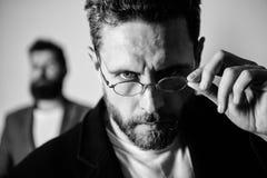 Аксессуар для умного возникновения Теперь я вижу все внимательный блестнян Picky умный контролер Парень человека красивый бородат стоковая фотография rf