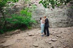 Активные любящие старшие пары идя в красивый лес лета - активная концепция выхода на пенсию стоковые фото