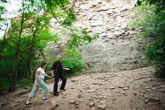 Активные любящие старшие пары идя в красивый лес лета - активная концепция выхода на пенсию стоковое изображение rf