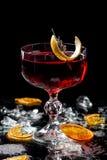 Алкогольные напитки и коктейли для баров и рестораны с льдом на черной предпосылке в стеклянных стеклах стоковое изображение rf