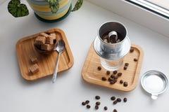 Альтернативный набор метода заваривать кофе Стильные аксессуары и детали для альтернативного кофе на windowsill Эспрессо в стекле стоковое фото rf
