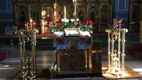 Алтар с горящими свечами на краях в православной церков церков акции видеоматериалы
