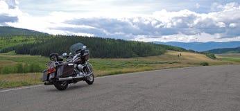 Американский мотоцикл в скалистых горах стоковая фотография