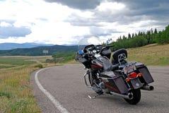 Американский мотоцикл в скалистых горах стоковое фото