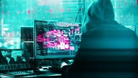 Анимация непознаваемого компьютерного хакера в черной куртке с серой hoody рубя искусственной нервной системой внутри видеоматериал