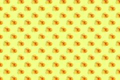 Апельсины на яркой покрашенной желтой предпосылке Повторение картины, подготовка для настроения цитруса обоев стоковые изображения rf