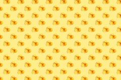 Апельсины на яркой покрашенной желтой предпосылке Повторение картины, подготовка для настроения цитруса обоев стоковое фото