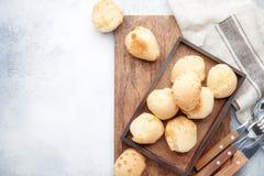 Аппетитные домодельные сладкие плюшки на серой предпосылке кухонного стола, взгляде сверху установьте текст стоковая фотография