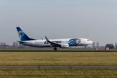 Аэропорт Schiphol, северная Голландия/Нидерланд - 16-ое февраля 2019: EgyptAir Боинг 737-800 SU-GEG стоковые фото