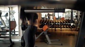 Атлетическая кавказская девушка брюнета делая протягивать в спортзале женщина на разминке фитнеса видеоматериал