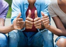 Афро-американские молодые взрослые показывая большой палец руки вверх стоковые изображения rf