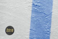 Арена хоккея на льде, голубая линия и шайба стоковое изображение rf