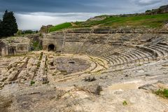 Архитектура старого театра греческая в историческом городе Сиракузе на острове Сицилии, Италии стоковое изображение rf