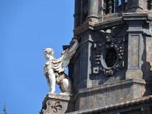 Архитектурноакустические детали каменных стен домов в Париже стоковое изображение