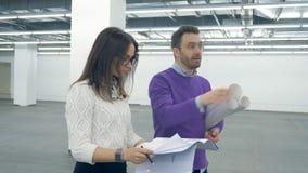 2 архитектора обсуждают проект пока идущ акции видеоматериалы