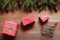а: Os presentes do Natal voam ao carrinho de compras pequeno Imagens de Stock