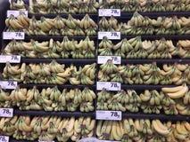 Бананы подготавливают для продажи в супермаркете стоковая фотография
