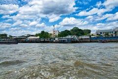 Бангкок, Таиланд; 4-ое июля 2018: Chao Река Phraya стоковые фотографии rf