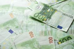 Банк денег евро предпосылка представляет счет евро представляет счет евро 100 одних серия евро стоковое изображение rf