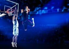 2 баскетболиста в действии стоковое изображение