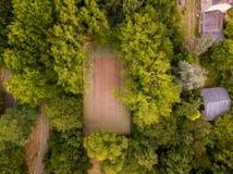 Баскетбольная площадка потеряла в древесинах стоковые фотографии rf