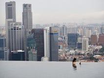 Бассейн на крыше песков залива Марины гостиницы в Сингапуре стоковое фото rf