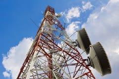 Башня антенны для радиосвязи или радио, или микроволна на предпосылке облака и голубого неба стоковое фото rf