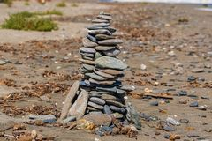 Башня камней на песчаном пляже стоковое фото rf