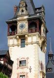 Башня с часами замка Peles на предпосылке темного бурного неба, Sinaia, Румынии стоковое изображение rf