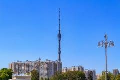 Башня ТВ Ostankino в Москве на предпосылке голубого неба в солнечном утре лета Взгляд от выставки достижений соотечественника стоковые фотографии rf