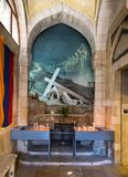 Барельеф - Иисус Христос нося крест в армянской церков нашей дамы металлической пластинкы спазма в памяти об армянских мучениках стоковые фото