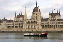 Баржа на предпосылке парламента, известные видимости Будапешта на пасмурный день стоковые изображения