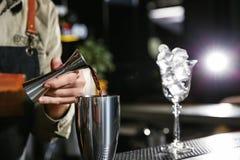 Бармен лить Мартини в шейкер на счетчике, крупном плане стоковые фото