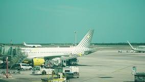 БАРСЕЛОНА, ИСПАНИЯ - 15-ОЕ АПРЕЛЯ 2017 Лоток снятый самолетов Vueling Airlines коммерчески ездя на такси и поддержанный на видеоматериал